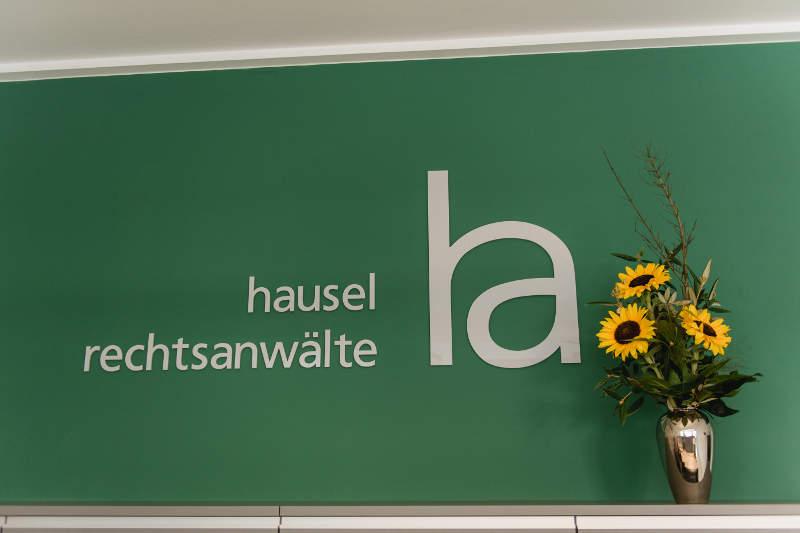 Eingangsberich mit Log der Kanzlei Hausel Rechtsanwälte aus Cadolzburg